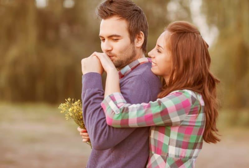 ein-Mann-der-die-Hand-eines-Mädchens-küsst