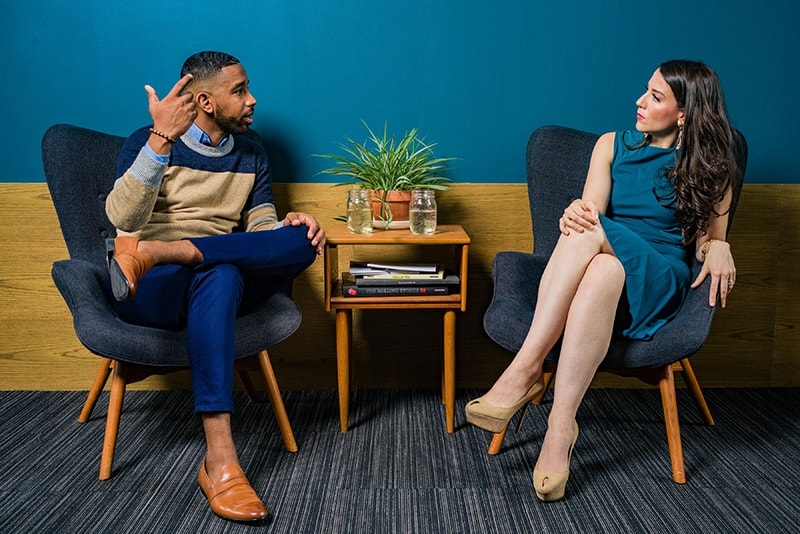 ein Mann und eine Frau diskutieren