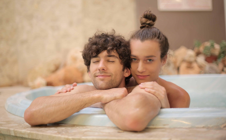 Ein Mann und eine Frau in einem Wellnesscenter entspannen im Whirlpool