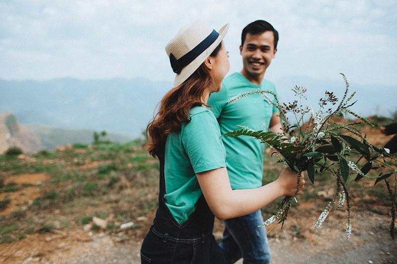 Ein Mann und eine Frau schauen sich an und gehen in der Natur spazieren