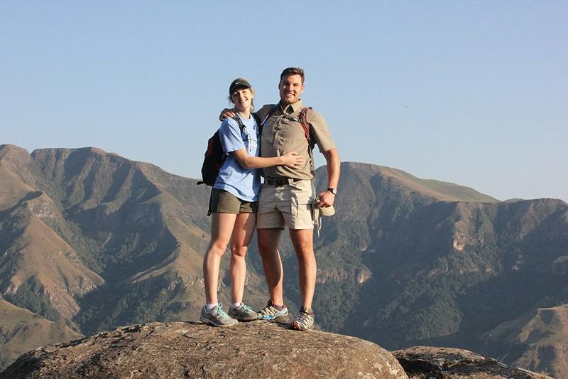Ein Paar steht auf der Klippe, nachdem es tagsüber gewandert ist