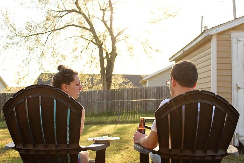 Ein Paar sitzt nachmittags im Hinterhof des Hauses