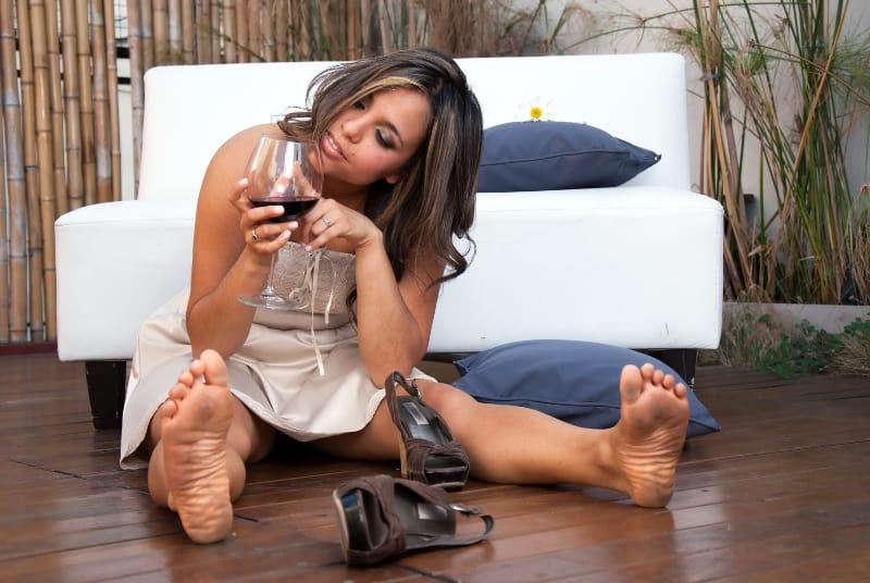 ein betrunkenes Mädchen mit einem Weinkurs