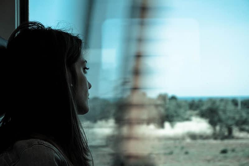ein enttäuschtes Mädchen, das in die Ferne schaut