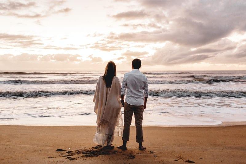 ein glückliches Paar an der Küste