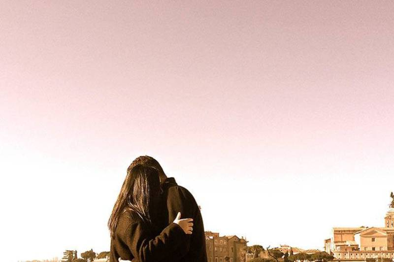 ein liebendes Paar, das draußen in einer engen Umarmung steht