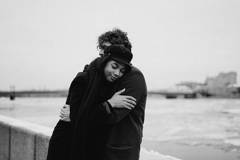 Ein Paar umarmt sich, während es in der Nähe des Flusses steht