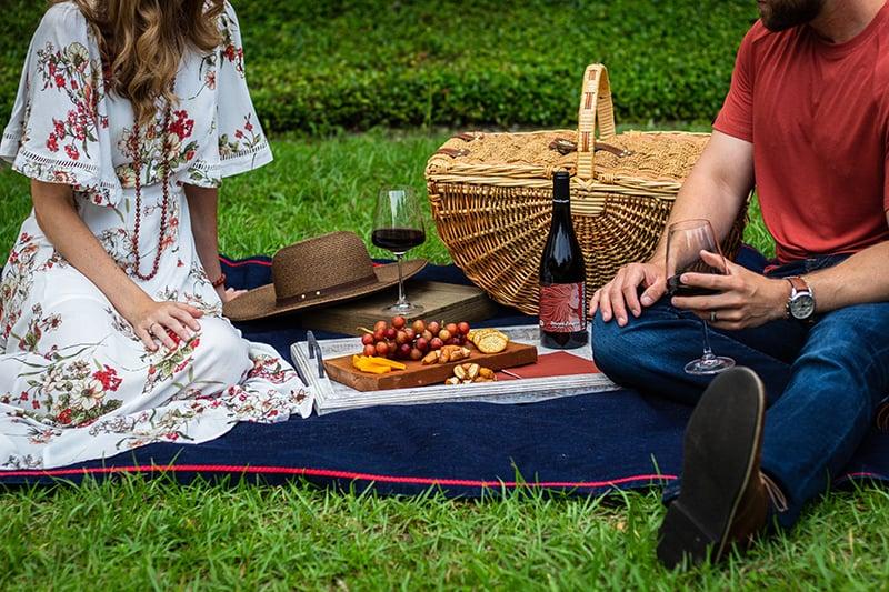 Ein Paar verbringt Zeit miteinander beim Picknick und sitzt auf der Decke
