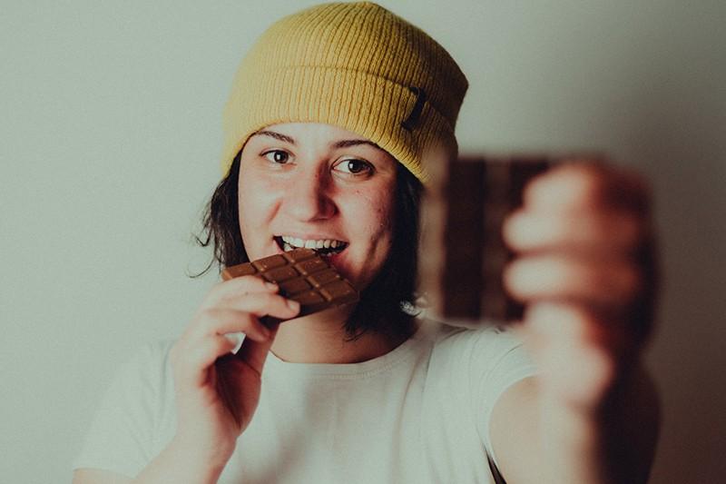 eine Frau Schokolade essen während es zeigt