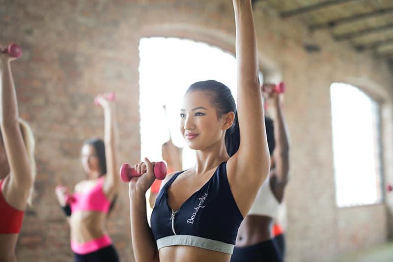 eine Frau, die in einer Gruppe trainiert
