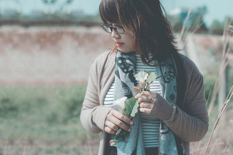 eine Frau in Gläsern mit Blumen