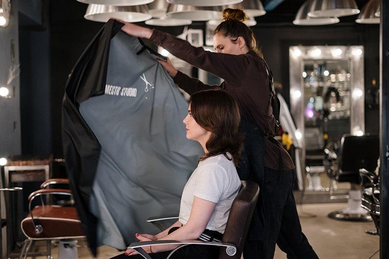 eine Frau mit einem Haarschnitt bei Hairsaloon