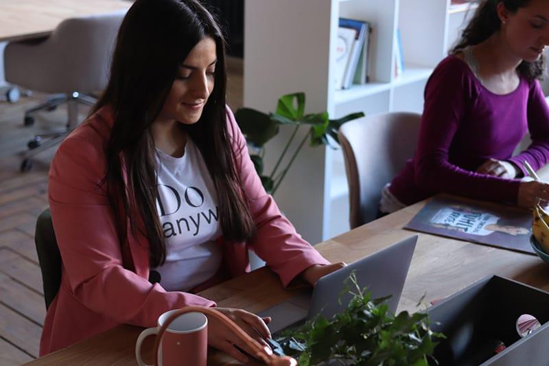 eine Frau, die einen Laptop am Arbeitsplatz benutzt