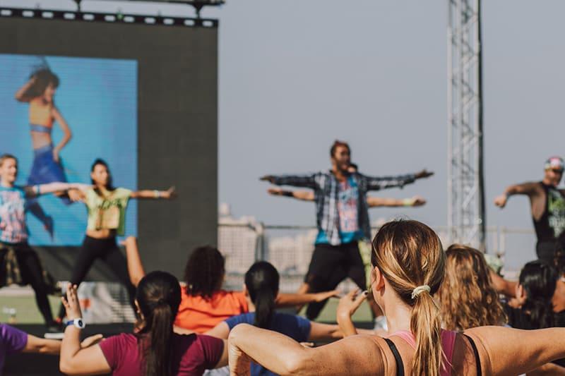 eine Gruppe von Frauen mit Tanzkurs im Freien