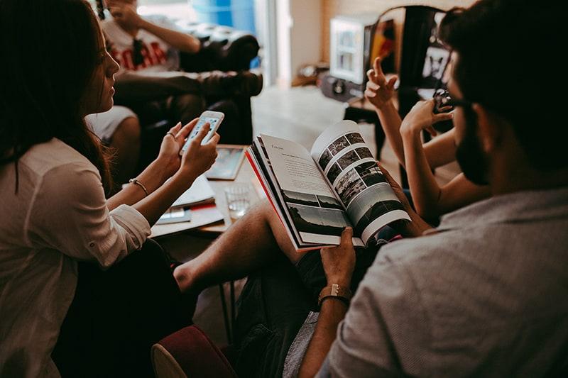 Eine Gruppe von Menschen verbringt Zeit miteinander, während sie sich unterhalten