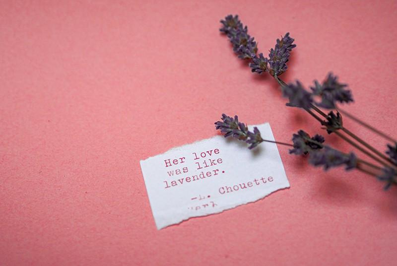 eine Karte mit Liebesversen neben dem Lavendel