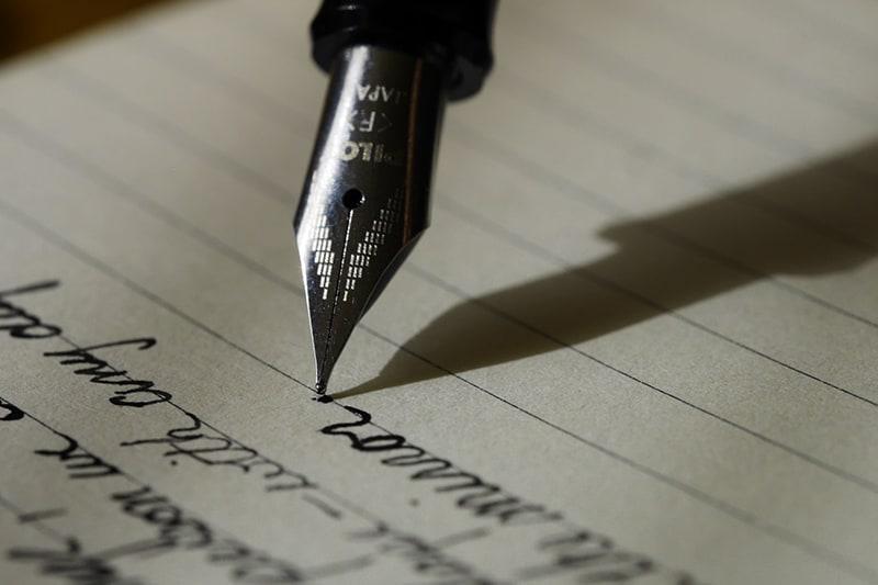 einen Abschiedsbrief mit einem Füllfederhalter schreiben