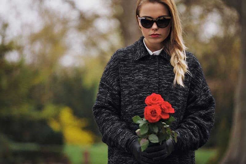 enttäuschte Frau mit Rosen