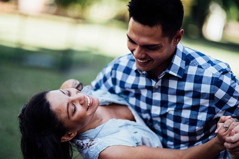 glückliches Paar, das draußen tanzt