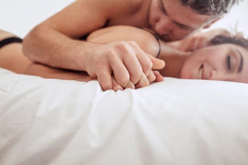 intimer-Sex-Hintergrund-auf-dem-Bett