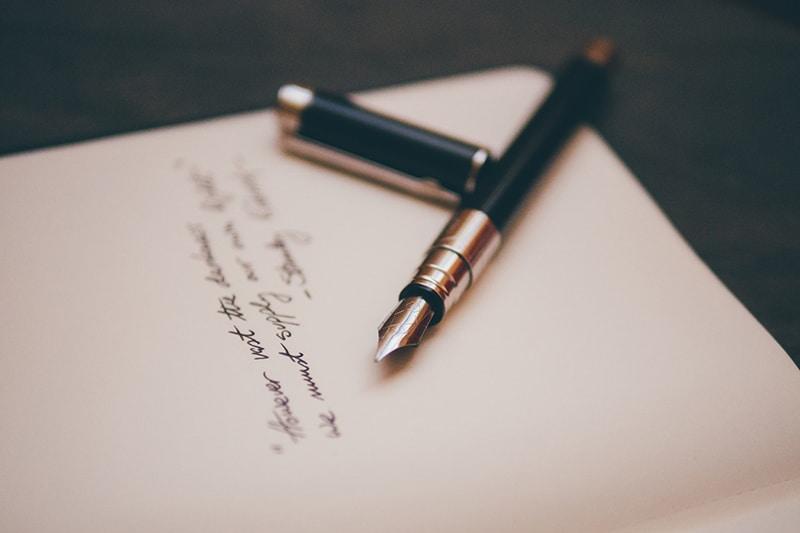 schwarzer Füllfederhalter auf Briefpapier