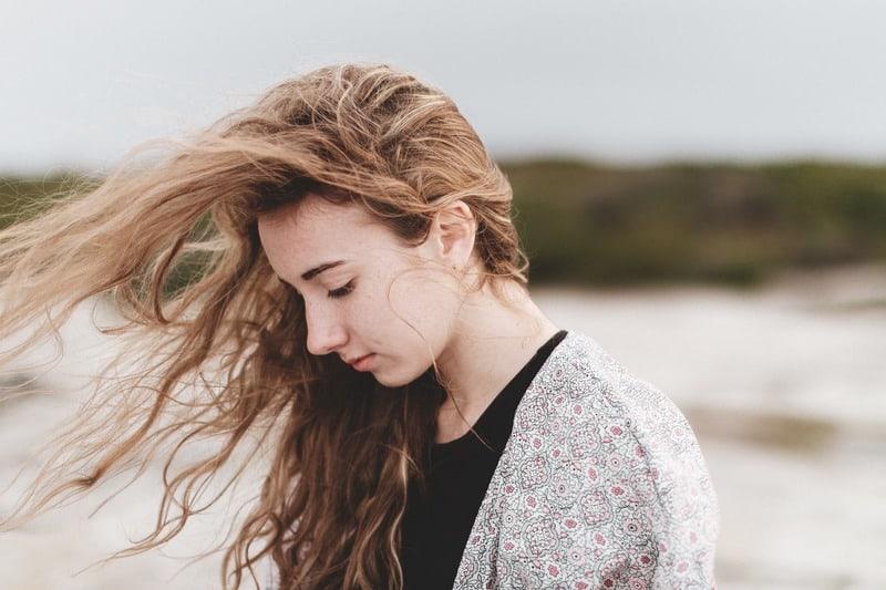 traurige Frau im Wind