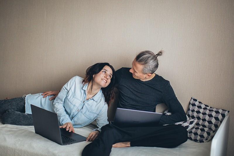 verliebtes Paar, das sich beim Sitzen auf dem Sofa ansieht