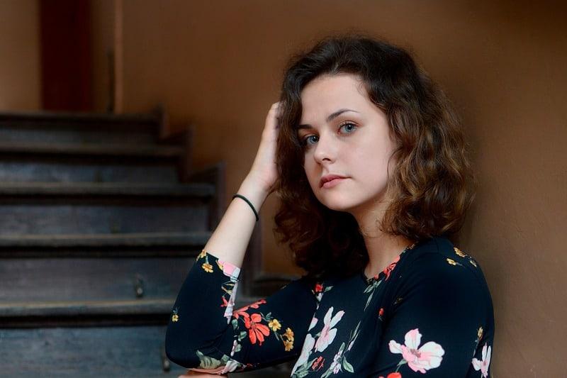 wütende Frau auf der Treppe