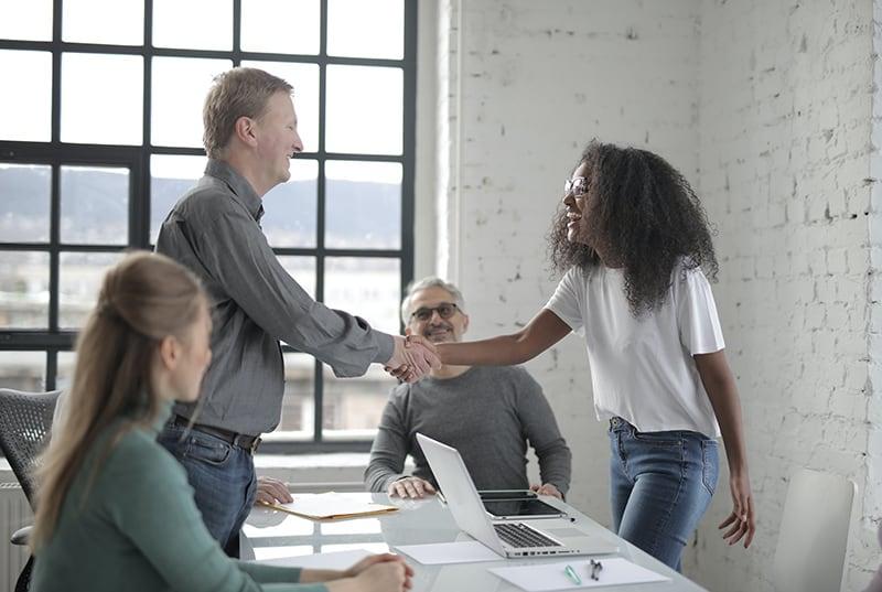 zwei Personen, die sich gegenseitig respektieren und sich bei dem Treffen die Hand geben