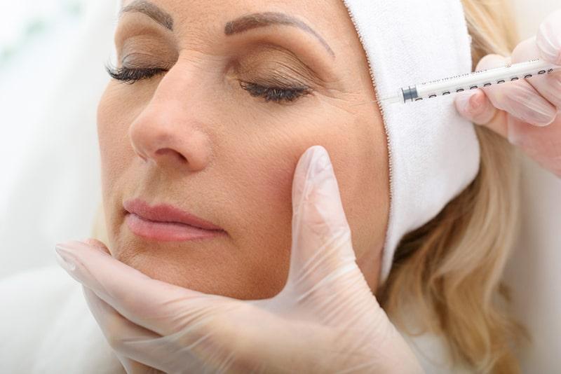 Ältere Dame mit Botox-Injektionsverfahren