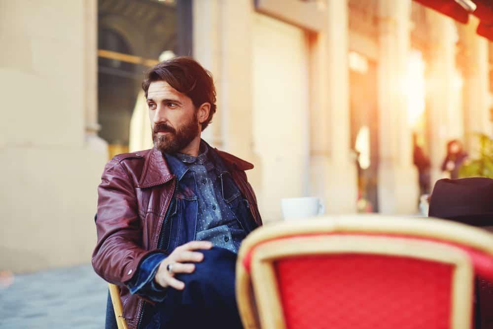 Mann mit Bart genießt eine Tasse Kaffee