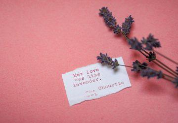 eine Liebesnotiz auf einem rosa Hintergrund mit Lavendel daneben