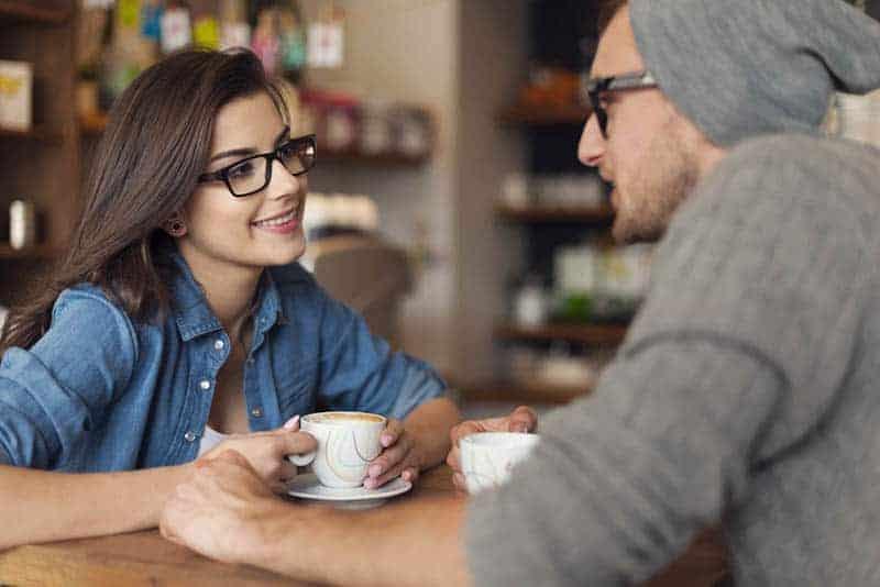 Ein Mann und ein Mädchen mit Brille reden