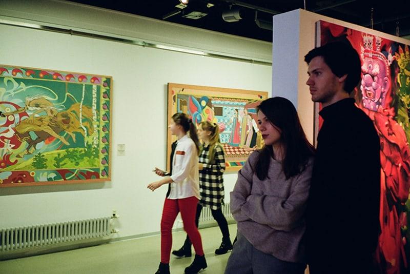 Ein Mann und eine Frau besuchen während des Dates eine Kunstausstellung