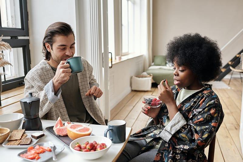 Ein Mann und eine Frau frühstücken zu Hause gesund