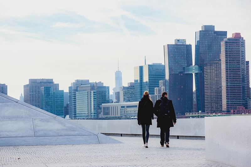 Ein Mann und eine Frau gehen tagsüber auf dem Dach spazieren
