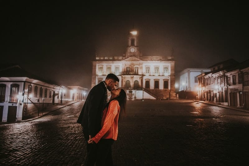 Ein Mann und eine Frau stehen auf der Straße und küssen sich