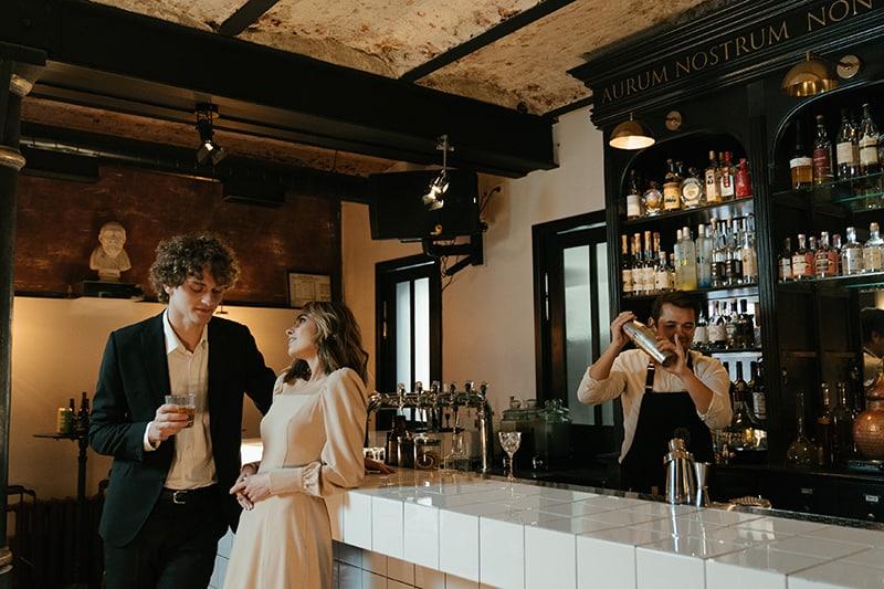 Ein Mann und eine Frau stehen in der Nähe der Bar, während sie reden