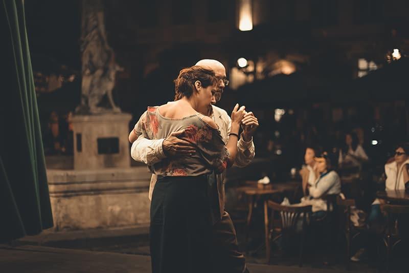 Ein Mann und eine Frau tanzen auf der Piazza