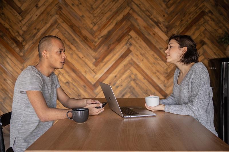Ein Mann und eine Frau treffen eine Vereinbarung, während sie sprechen