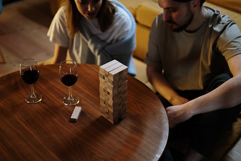 Ein Paar spielt Holzklötze, während es abends Zeit miteinander verbringt