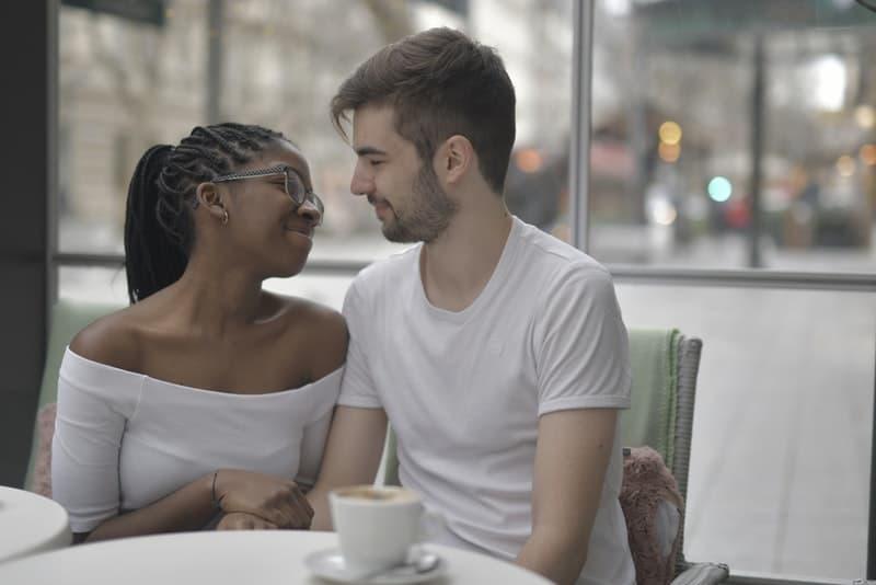 Ein verliebtes Paar sitzt in einem Café