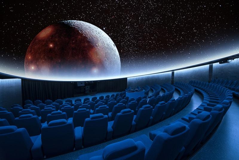 Ein spektakulärer Stern und die digitale Mondprojektion im Planetarium