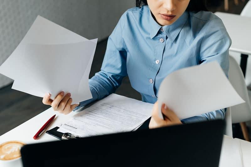 Frau arbeitet mit Papieren