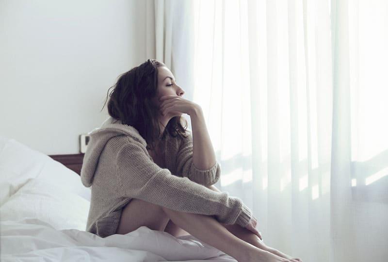 Frau denkt im Bett