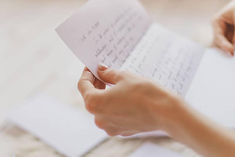Frau hält einen offenen Brief