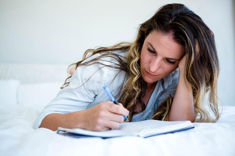 Frau schreibt ein Tagebuch