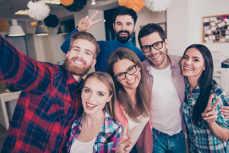 Freunde, die Selfie machen