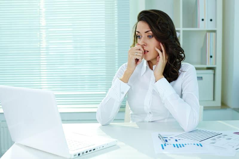 Geschäftsfrau, die sich im Büro Sorgen macht
