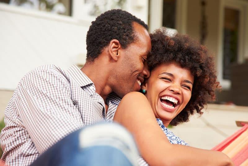 Mann bringt Frau zum Lachen
